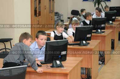 Школьники в компьютерном классе