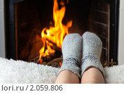 Купить «Детские ноги в шерстяных носках греются у камина», фото № 2059806, снято 14 октября 2010 г. (c) Антон Балаж / Фотобанк Лори