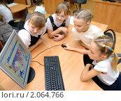 Купить «Девочки за компьютером», эксклюзивное фото № 2064766, снято 21 сентября 2010 г. (c) Вячеслав Палес / Фотобанк Лори