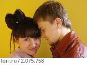 Лукавая девушка и влюблённый в неё молодой человек. Стоковое фото, фотограф Наталья Камайкина / Фотобанк Лори
