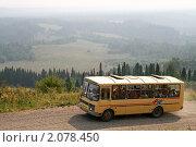 Купить «Автобус в горах», фото № 2078450, снято 7 августа 2010 г. (c) Art Konovalov / Фотобанк Лори