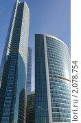 Высокие офисные здания в ясный день на фоне голубого неба без облаков. Стоковое фото, фотограф Роман Кокорев / Фотобанк Лори