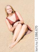 Светловолосая девушка сидит на песке. Стоковое фото, фотограф Анна Назарова / Фотобанк Лори
