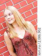 Портрет девушки на фоне кирпичной стены. Стоковое фото, фотограф Анна Назарова / Фотобанк Лори