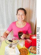 Купить «Женщина добавляет мед в блюдо», фото № 2091702, снято 24 октября 2010 г. (c) Яков Филимонов / Фотобанк Лори