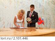 Купить «Молодая пара, свадьба», эксклюзивное фото № 2101446, снято 25 июня 2010 г. (c) Дмитрий Неумоин / Фотобанк Лори