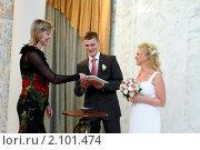 Купить «Молодая пара, свадьба», эксклюзивное фото № 2101474, снято 25 июня 2010 г. (c) Дмитрий Неумоин / Фотобанк Лори