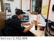 Купить «Балашиха, сотрудник охраны», эксклюзивное фото № 2102494, снято 28 июля 2010 г. (c) Дмитрий Неумоин / Фотобанк Лори