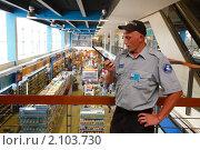 Купить «Балашиха, сотрудник охраны», эксклюзивное фото № 2103730, снято 28 июля 2010 г. (c) Дмитрий Неумоин / Фотобанк Лори