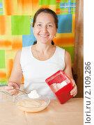 Купить «Женщина добавляет муку в яйца», фото № 2109286, снято 30 октября 2010 г. (c) Яков Филимонов / Фотобанк Лори