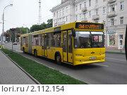 Купить «Гомель. Советская улица. Желтый сочлененный автобус МАЗ-105 следует по автобусному маршруту № 34», эксклюзивное фото № 2112154, снято 10 июля 2010 г. (c) Дмитрий Абушкин / Фотобанк Лори