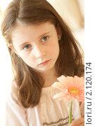 Девочка с цветком. Стоковое фото, фотограф Ольга Полякова / Фотобанк Лори