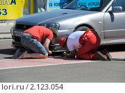 Механик и пилот ремонтируют автомобиль (2010 год). Редакционное фото, фотограф Юрий Андреев / Фотобанк Лори