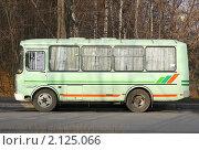 Купить «Автобус стоит у обочины», эксклюзивное фото № 2125066, снято 2 ноября 2010 г. (c) Наталия Шевченко / Фотобанк Лори