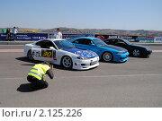Купить «Фотограф снимает стоящие вряд спортивные автомобили», фото № 2125226, снято 23 мая 2010 г. (c) Юрий Андреев / Фотобанк Лори