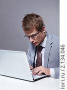 Купить «Деловой мужчина  с ноутбуком», фото № 2134046, снято 15 октября 2010 г. (c) Raev Denis / Фотобанк Лори