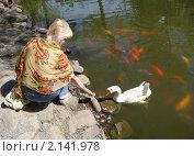 Купить «Женщина кормит гуся. Лето. Парк», фото № 2141978, снято 11 сентября 2010 г. (c) EXG / Фотобанк Лори