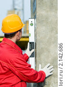 Купить «Строитель проверяет вертикаль уровнем», фото № 2142686, снято 24 октября 2010 г. (c) Дмитрий Калиновский / Фотобанк Лори