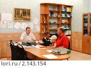 Купить «В кабинете у дом-управа», эксклюзивное фото № 2143154, снято 10 августа 2010 г. (c) Дмитрий Неумоин / Фотобанк Лори
