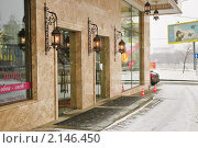 Купить «Фонари.Оформление дома на улице Смоленская. Фрагмент», эксклюзивное фото № 2146450, снято 20 декабря 2009 г. (c) Алёшина Оксана / Фотобанк Лори