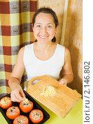 Купить «Женщина за столом фарширует помидоры», фото № 2146802, снято 14 ноября 2010 г. (c) Яков Филимонов / Фотобанк Лори