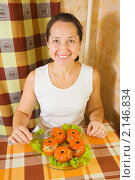 Купить «Женщина с жареными фаршированными помидорами», фото № 2146834, снято 14 ноября 2010 г. (c) Яков Филимонов / Фотобанк Лори