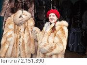 Купить «Женщина выбирает шубу», фото № 2151390, снято 13 ноября 2010 г. (c) Яков Филимонов / Фотобанк Лори