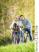 Счастливая молодая пара на велосипедах. Стоковое фото, фотограф Raev Denis / Фотобанк Лори