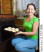 Купить «Женщина готовит фаршированный кабачок», фото № 2157006, снято 20 ноября 2010 г. (c) Яков Филимонов / Фотобанк Лори