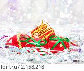 Купить «Новогодний фон с с елочными игрушками», фото № 2158218, снято 22 ноября 2010 г. (c) Екатерина Тарасенкова / Фотобанк Лори
