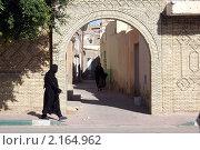 Купить «Женщины на улице в старой Медины Тозер в Тунисе», фото № 2164962, снято 20 октября 2009 г. (c) Валерий Шанин / Фотобанк Лори