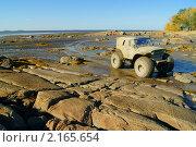 Купить «Российский внедорожник на скалистом побережье», фото № 2165654, снято 5 октября 2010 г. (c) макаров виктор / Фотобанк Лори