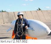 Купить «Пилот рядом с подвесным топливным баком (ПТБ)», фото № 2167002, снято 22 сентября 2010 г. (c) Фотограф / Фотобанк Лори