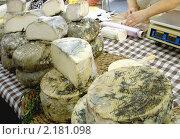 Купить «Сыр на прилавке уличного рынка в Испании», фото № 2181098, снято 4 октября 2009 г. (c) valentina vasilieva / Фотобанк Лори