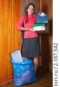 Женщина собирается выбрасывать мусор. Стоковое фото, фотограф Яков Филимонов / Фотобанк Лори