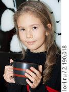 Красивая девочка с большой кружкой чая. Стоковое фото, фотограф Анастасия Шелестова / Фотобанк Лори