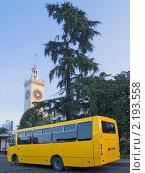 Купить «Автобус на вокзале города Сочи», фото № 2193558, снято 4 декабря 2010 г. (c) Илья Федоров / Фотобанк Лори