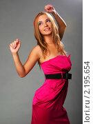 Блондинка в розовом платье на сером фоне. Стоковое фото, фотограф Антон Романов / Фотобанк Лори