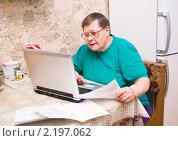 Купить «Пожилая пенсионерка отправляет показания счетчиков воды по интернету», эксклюзивное фото № 2197062, снято 4 декабря 2010 г. (c) Макарова Елена / Фотобанк Лори