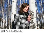 Молодая красивая девушка грустит у берёзы в яркий солнечный холодный день, фото № 2203130, снято 31 октября 2010 г. (c) Сергей Кузнецов / Фотобанк Лори
