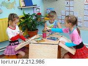 Купить «Дети рисуют в группе детского сада», эксклюзивное фото № 2212986, снято 13 декабря 2010 г. (c) Вячеслав Палес / Фотобанк Лори