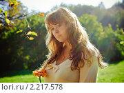 Купить «Красивая женщина с цветком», фото № 2217578, снято 5 октября 2010 г. (c) Анна Лурье / Фотобанк Лори