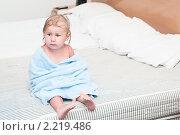 Купить «Маленький ребенок в полотенце сидит на кровати», фото № 2219486, снято 18 сентября 2010 г. (c) Кекяляйнен Андрей / Фотобанк Лори