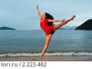 Купить «Красивая молодая женщина прыгает у моря», фото № 2223482, снято 14 ноября 2009 г. (c) Andrejs Pidjass / Фотобанк Лори