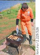 Купить «Приготовление шашлыков на природе», эксклюзивное фото № 2229526, снято 16 августа 2009 г. (c) Алёшина Оксана / Фотобанк Лори