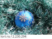Новогодние украшения. Синяя свечка среди блестящей мишуры. Стоковое фото, фотограф Tatyana Kubasova / Фотобанк Лори