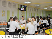 Купить «Старшеклассники обедают в школьной столовой», эксклюзивное фото № 2231214, снято 17 декабря 2010 г. (c) Анна Мартынова / Фотобанк Лори