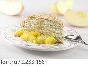 Порция блинного слоеного пирога с яблоком припущенным и творогом. Стоковое фото, фотограф Лисовская Наталья / Фотобанк Лори