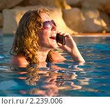 Счастливая девушка с телефоном в бассейне. Стоковое фото, фотограф Сергей Петерман / Фотобанк Лори
