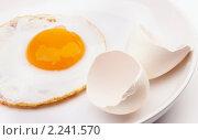 Купить «Яичница на блюде и яичная скорлупа», фото № 2241570, снято 11 декабря 2010 г. (c) Tatiana / Фотобанк Лори